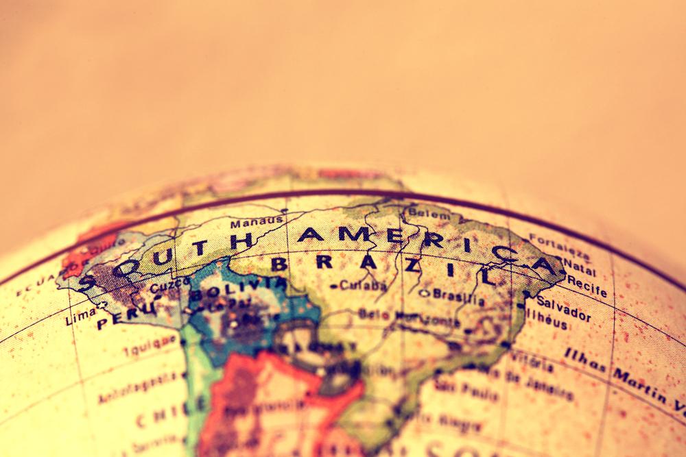 <p>O intercâmbio estudantil é a possibilidade de complementar sua formação em um novo idioma ou em outras habilidades em um país estrangeiro.</p><p>Apesar de os <strong>destinos para intercâmbio</strong> serem constantemente relacionados a experiências em países como Estados Unidos, Canadá, Irlanda e Austrália, eles estão longe de ser as únicas opções.</p><p>Aqui mais perto, na América Latina, é possível encontrar excelentes oportunidades de aprimorar seus conhecimentos – seja em um novo idioma, seja em um curso de formação mais específico.</p><p></p><h2><strong>4 motivos que colocam a América Latina nos destinos para intercâmbio</strong></h2><h2><strong></strong></h2><h2><strong>1. Menor burocracia no processo</strong></h2><p>Obter a documentação necessária para <strong>destinos para intercâmbio </strong>na América do Norte e Europa, por exemplo, envolve uma série de etapas burocráticas.</p><p>Dentre elas estão a expedição do passaporte e, em alguns casos, do visto. Quanto maior o período de estudo, mais específicas são essas etapas.</p><p>Viajar para alguns países da América Latina não requer visto de estudante e, em alguns casos, nem o passaporte – apenas uma carteira de identidade (RG) atualizada já pode ser suficiente.</p><p></p><h2><strong>2. Aprender espanhol no intercâmbio</strong></h2><p>Cada vez mais, as aulas de Inglês estão inseridas nos mais diversos currículos escolares, desde o Ensino Infantil. No entanto, quando o assunto é o Espanhol, o cenário não é o mesmo.</p><p>Ter um intercâmbio estudantil na América do Sul pode significar a possibilidade de aprimoramento no idioma Espanhol.</p><p>Em tempos de aldeia global, com um grande cenário de multinacionais nos mais diversos segmentos, a fluência em uma terceira língua pode ser fundamental para o futuro da carreira.</p><p></p><h2><strong>3. Economize com esses destinos para intercâmbio</strong></h2><p>É importante deixar isso bem claro, caro leitor: todo processo de intercâmbio estudantil exige um planej