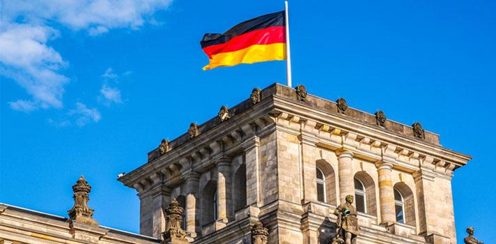 <p>Cada año, el gobierno Alemán abre en tres oportunidades (otoño, primavera y verano) su convocatoria al programa <strong>Émigré Memorial German Internship Program</strong>, a través del cual ofrece a estudiantes de Estados Unidos la oportunidad de realizar <strong>internados de uno a tres meses de duración</strong> en el Parlamento alemán (<em>Bundestag</em>). Se trata de una gran oportunidad, especialmente para aquellas personas que siguen carreras con alcance regional o gubernamental o con intereses en campos específicos como educación, medioambiente o salud.</p><blockquote style=text-align: center;>Conoce las ofertas de internados en Puerto Rico que ofrece el programa<a href=https://docs.google.com/a/universia.net/forms/d/e/1FAIpQLSdE4E40FWmm1hzED5mxPAhVJ-nSo4D5PgBoWaYirNvkbt-Txw/viewform class=enlaces_med_registro_universia title=Registro de usuario en Universia target=_blank id=REGISTRO_USUARIOS><span>Fogueo Laboral 2017</span></a></blockquote><p><strong>Requisitos</strong></p><p>Los candidatos deberán tener conocimientos sobre los procesos legislativos del país, ser <strong>estudiantes avanzados de pregrado o graduados</strong> en áreas como <strong>ciencias políticas, relaciones internacionales, derecho, historia, economía o alemán</strong>. Además, es requisito que el postulante tenga <strong>buen manejo del idioma alemán a nivel oral y escrito</strong>.</p><p><strong></strong></p><p><strong>Beneficios del internado</strong></p><p>Los candidatos seleccionados para participar del programa recibirán la suma de <strong>1.800 euros por mes a cargo del <em>Bundestag</em></strong><em>. </em>A través del Servicio de Intercambio Académico Alemán (DAAD, por sus siglas en inglés) los beneficiarios podrán acceder a un seguro de salud por una cuota mensual. Asimismo, el DAAD ofrece a los practicantes ayuda para conseguir alojamiento en Berlín y establecer relaciones estudiantes alemanes y practicantes de otras nacionalidades. Los costos de traslado al país germano ser