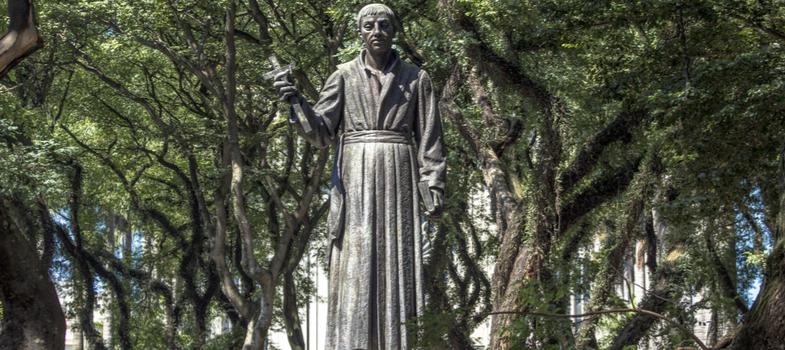 """<p>Jesuíta nascido em 19 de março de 1534, em Tenerife, nas Ilhas Canárias, José de Anchieta dedicou sua vida ao ensino e ao sacerdócio. É também fundador da cidade de São Paulo e pioneiro da literatura do Brasil.</p><p>Anchieta tem ascendência nobre por parte do pai e judaica pelo lado da mãe. Aos 14 anos de idade, foi levado a Portugal para """"fugir"""" de perseguições religiosas e também adquirir formação intelectual.</p><p>Nessa mesma época, inclusive, estudou filosofia no Colégio das Artes – pertencente à Universidade de Coimbra. <strong>Conheça sete fatos sobre a vida de José de Anchieta</strong>.</p><p><span></span></p><p><strong>1. Fundador de São Paulo </strong></p><p>Aos 19 anos, Anchieta recebeu convite para vir ao Brasil. Em 13 de julho de 1534, desembarcou numa região denominada Vila de São Vicente, que pertencia à nova colônia portuguesa.</p><p>Ainda no mesmo ano, se instalou no Planalto de Piratininga, onde ajudou a fundar o núcleo urbano que viria a ser a maior metrópole do hemisfério sul: a cidade de São Paulo.</p><p><span></span></p><p><strong>2. Relíquias do jesuíta </strong></p><p>José de Anchieta era um padre jesuíta. Na mesma cidade que ajudou a fundar (São Paulo) estão instalados um museu e uma igreja conhecida como Pátio do Colégio, onde podem ser vistas duas relíquias do padre: o manto que ele usava e o fêmur de uma de suas pernas.</p><p><span></span></p><p><strong>3. Tupi-guarani </strong></p><p>Com o passar dos anos, Anchieta se tornou fluente na língua tupi-guarani, vindo a publicar o livro """"Arte da Gramática da Língua Mais Falada da Costa do Brasil"""". O jesuíta também tinha facilidade para escrever poemas em latim, espanhol e português.</p><p><span></span></p><p><strong>4. Pioneiro </strong></p><p>José de Anchieta é considerado pioneiro na dramaturgia, poesia e gramática nascido no arquipélago das Canárias. Escrito pelo jesuíta, """"Des Gestis Mendi de Saa"""" (Os Feitos de Mem de Sá) foi o primeiro poema épico do continente americano e o pioneiro p"""