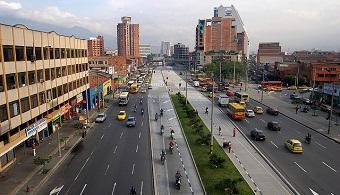 <div class=gmail_default><div class=gmail_default style=text-align: justify;><span style=color: #000000; font-family: arial, helvetica, sans-serif;>Ciudades como <strong>Bogotá y Medellín distan todavía de llegar a ser las llamadas smart cities</strong>, que logran aplicar las nuevas tecnologías de las comunicaciones y ser ambientalmente sostenibles.</span></div><p><br/><br/></p><p><strong>Lee también</strong><br/><a style=color: #ff0000; text-decoration: none; title=Desarrollo de ciudades inteligentes href=https://noticias.universia.net.co/actualidad/noticia/2013/ 05/23/1025600/desarrollo-ciudades-inteligentes.html><span style=color: #ff0000; text-decoration: none;>» </span><strong style=color: #ff0000; text-decoration: none;> Desarrollo de ciudades inteligentes</strong></a></p><div class=gmail_default style=text-align: justify;><span style=color: #000000; font-family: arial, helvetica, sans-serif;></span></div><div class=gmail_default style=text-align: justify;></div><div class=gmail_default style=text-align: justify;></div><div class=gmail_default style=text-align: justify;><span style=color: #000000; font-family: arial, helvetica, sans-serif;>Según<strong>Fabio Zambrano, profesor titular del Instituto de Estudios Urbanos de la<a href=https://www.universia.net.co/universidades/universidad-nacional-colombia-bogota/in/11456>U.N</a>. (IEU),</strong>estas ciudades también se preocupan por construir capital humano y mejorar las redes de comunicación entre sus habitantes.</span><span style=color: #000000; font-family: arial, helvetica, sans-serif;>El concepto se refiere a las que aplican nuevas tecnologías de las comunicaciones (TIC) –telefonías, redes informáticas y servicios de internet– para obtener mayor eficiencia en capital humano, inversión social e infraestructuras y alcanzar una mejor calidad de vida y sostenibilidad ambiental.</span></div><div class=gmail_default style=text-align: justify;></div><div class=gmail_default style=text-align: justify;><span style=