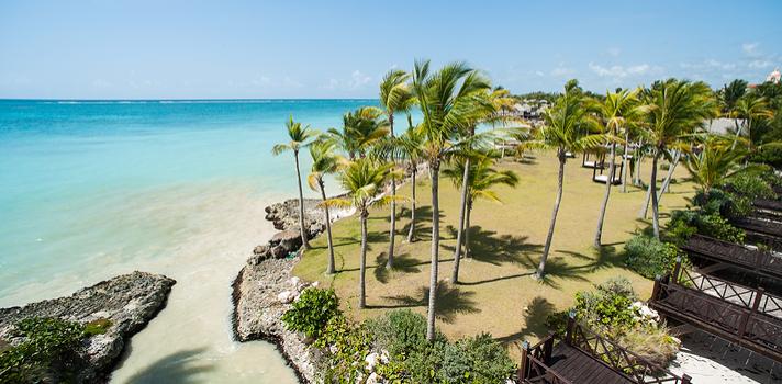 Vista aérea de un Resort en el Océano Atlántico en Punta Cana