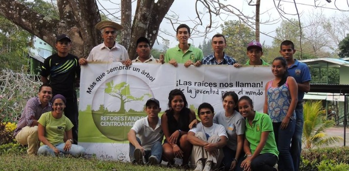 """<p style=text-align: justify;>El colectivo de jóvenes formado por profesionales y estudiantes universitarios se llama <strong>Reforestando Centroamérica en Panamá (Refca)</strong>, y hace 5 años vienen trabajando en Chiriquí con el objetivo de incidir positivamente en la naturaleza, más precisamente mediante la plantación de árboles. Los jóvenes se ven a sí mismos como un <strong>agente generador de cambios</strong> que tiene entre sus propósitos atenuar la debilitada relación entre el hombre y el medioambiente.</p><p></p><p><strong>Lee también</strong><br/><a style=color: #666565; text-decoration: none; title=Sigue toda la actualidad universitaria a través de nuestra página de FACEBOOK href=https://es-la.facebook.com/pages/Universia-Panam%C3%A1/360712073997116>» <strong>Sigue toda la actualidad universitaria a través de nuestra página de FACEBOOK</strong></a><br/><a style=color: #666565; text-decoration: none; title=Visita nuestro Portal de BECAS y descubre las convocatorias vigentes href=https://becas.universia.com.pa/>» <strong> Visita nuestro Portal de BECAS y descubre las convocatorias vigentes</strong></a></p><p style=text-align: justify;></p><p style=text-align: justify;>El proyecto Refca está impulsado por el Movimiento Juvenil Aj Tzuk y la Asociación Pro Integracion Centroamericana y República Dominicana (Proica RD), ambas dos con sede en Guatemala, por lo que los jóvenes implicados aseguran que de ser una campaña pasó a constituirse en una <strong>red de organizaciones juveniles en toda Centroamérica</strong>, y tal como ellos lo definen el grupo aborda el trabajo que realizan desde una perspectiva """"ecosimbiótica"""".</p><blockquote style=text-align: center;>El trabajo que realizan los jóvenes en Chiriquí nuclea a estudiantes y profesionales de la Universidad de Panamá, la Universidad Tecnológica de Panamá y la Asociación Panamá Verde</blockquote><p style=text-align: justify;>El colectivo de jóvenes asegura que sus acciones son herramientas educativas que pod"""