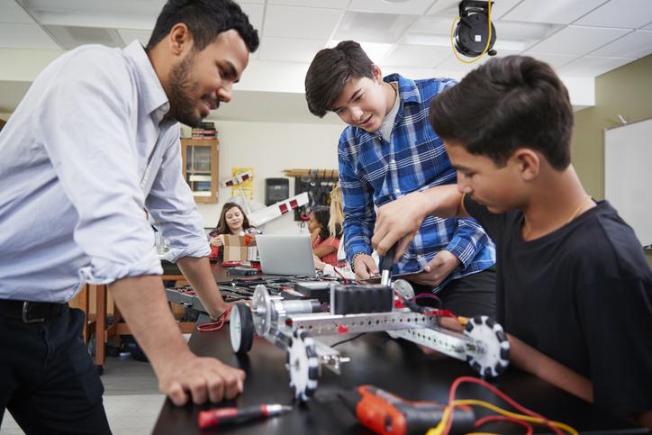 Os professores têm um papel essencial na formação dos jovens, algo que pode facilitar a escolha profissional no fim do ensino médio.