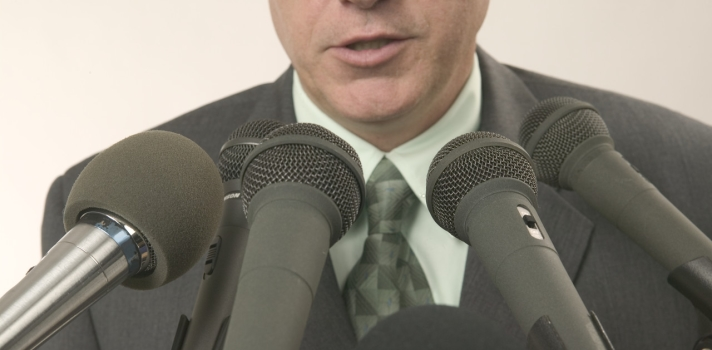 """<p>Si te interesa <a href=https://noticias.universia.net.co/consejos-profesionales/noticia/2015/05/12/1124837/13-tips-hablar-publico-miedo.html>mejorar tus habilidades a la hora de hablar en público</a>, debes conocer <strong>uno de los recursos más subestimados pero más efectivos: la pausa</strong>. Unos segundos de silencio puede tener efectos positivos en tu discurso y en la audiencia. En esta nota te enseñamos cómo emplear esta herramienta correctamente.</p><p></p><p><strong>Lee también</strong><br/><a href=https://noticias.universia.net.co/consejos-profesionales/noticia/2015/05/12/1124837/13-tips-hablar-publico-miedo.html>13 tips para hablar en público sin miedo</a><br/><a href=https://noticias.universia.net.co/en-portada/noticia/2015/03/13/1121434/9-consejos-buena-presentacion-power-point.html>9 consejos para una buena presentación en Power Point</a></p><p></p><p>Es que la pausa, bien empleada, pasa completamente desapercibida por el público pero tiene grandes beneficios: permite <strong>controlar el ritmo del discurso</strong>, tiene la capacidad de generar impactos emocionales que involucran a la audiencia –tales como el suspenso o la intriga– y también brinda la oportunidad de <strong>tomar unos segundos para ordenar tus ideas</strong> antes de seguir hablando, en lugar de recurrir a muletillas.</p><p></p><p><strong>Técnicas del uso de pausas</strong></p><p>Las pausas pueden ser empleadas por causa de distintos fines y objetivos. A continuación te acercamos los distintos tipos de pausas, según fueron clasificadas en """"<a title=Six Minutes: Your guide to be a confidentand effective speaker href=https://sixminutes.dlugan.com/ target=_blank>Six Minutes: Your guide to be a confidentand effective speaker</a>"""":</p><p></p><ul><li><strong>Pausas """"punto"""" y pausas """"coma""""</strong></li></ul><p>Una de las pausas más comunes son las que <strong>sustituyen las comas y los puntos del lenguaje escrito</strong>. Estos segundos de silencio permiten que el público reflexione má"""