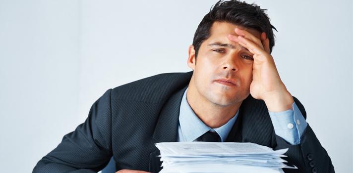 <p>Mantener a los empleados motivados es clave para el buen funcionamiento de una organización, pero a menudo se cae en errores laborales de los jefes hacia su equipo que terminan por desanimar a los mejores empleados. Chequea a continuación las <strong>8 maneras más comunes de desmotivar a tus empleados</strong> y aparta estas actitudes de tu gestión.</p><p></p><p><span style=color: #ff0000;><strong>Lee también</strong></span><br/><a style=color: #666565; text-decoration: none; title=Las empresas enfrentan la crisis de comprometer y retener a sus empleados href=https://noticias.universia.cr/portada/noticia/2015/05/22/1125566/empresas-enfrentan-crisis-comprometer-retener-empleados.html>» <strong>Las empresas enfrentan la crisis de comprometer y retener a sus empleados</strong></a><br/><a style=color: #666565; text-decoration: none; title=Cómo tener una conversación con tu jefe sobre tu futuro laboral href=https://noticias.universia.cr/actualidad/noticia/2015/01/12/1118030/como-tener-conversacion-jefe-futuro-laboral.html>» <strong>Cómo tener una conversación con tu jefe sobre tu futuro laboral</strong></a></p><p></p><p><strong>1 – Aburrirlos</strong></p><p>Hay empleados que pueden estar toda una vida realizando la misma actividad y que esto no influya en su rendimiento porque son personas que no buscan desafíos, y al contrario, le temen a estos. Pero están los otros, los empleados que necesitan <strong>nuevos estímulos para poder crecer laboralmente</strong>;a éstos, matarlos de aburrimiento con tareas monótonas cada día hará que se desanimen y bajen notoriamente su rendimiento, cuando no querrán irse a otro empleo.</p><p></p><p><strong>2 – Falta de comunicación</strong></p><p>La falta de comunicación entre empleados y jefes, ya sea para hacerles saber qué hace falta en su trabajo o qué están haciendo bien. Las personas necesitan <strong>que se valoren sus opiniones</strong>, ya sea para hacerles entender que hay mejores formas de hacer las cosas o para darles la pos