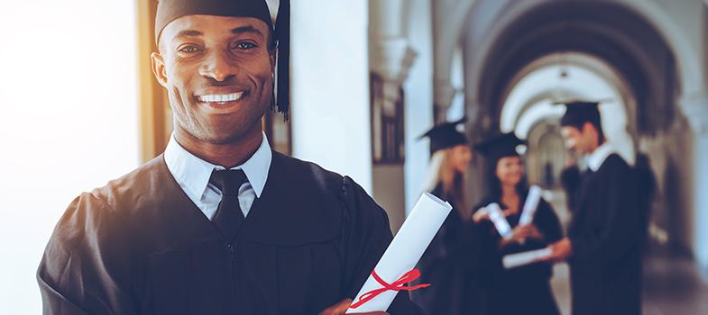 A <strong>Universidade Europeia, o IADE e o IPAM</strong>, instituições da <strong>rede Laureate International Universities</strong>, o maior grupo de ensino superior no mundo, vão atribuir <strong>bolsas de mérito</strong> aos estudantes que se destaquem a quando da inscrição pela primeira vez no primeiro ano de um dos programas destas instituições.<br/><br/><p><span style=color: #333333;><strong>Leia também:</strong></span><br/><a href=https://noticias.universia.pt/emprego/noticia/2016/08/01/1142308/comissao-europeia-abre-650-vagas-estagio-remunerado.html title=Comissão Europeia abre 650 vagas para estágio remunerado>» <strong>Comissão Europeia abre 650 vagas para estágio remunerado</strong></a><br/><a href=https://noticias.universia.pt/emprego/noticia/2016/07/22/1142070/perceber-caminho-sucesso.html title=Como perceber se está no caminho para o sucesso>» <strong>Como perceber se está no caminho para o sucesso</strong></a><br/><a href=https://noticias.universia.pt/educacao/noticia/2016/08/26/1143066/melhores-estudantes-engenharia-universidade-aveiro-pagarao-propina.html# title=Melhores estudantes de engenharia da Universidade de Aveiro não pagarão propina>» <strong>Melhores estudantes de engenharia da Universidade de Aveiro não pagarão propina<br/><br/></strong></a></p><p><strong>As bolsas oferecem um desconto de 50% na propina anual da universidade</strong> e dos institutos, aos estudantes que apresentem média de entrada igual ou superior a 16 valores. Caso consigam manter essa média durante todo o percurso académico, <strong>a bolsa de estudo será mantida</strong>. Os requisitos aplicam-se às licenciaturas e mestrados das três escolas.<br/><br/></p><p>A Universidade Europeia, por exemplo, oferece licenciaturas em diversas áreas, como Ciências da Comunicação, Engenharia Informática, entre outros. Entre os mestrados, a instituição conta com seis programas: Empreendorismo e Gestão da Inovação; Gestão e Estratégia Empresarial; Gestão do Turismo e da Hotelaria; Gestã