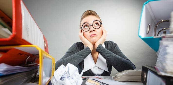 Um workaholic faz expedientes longos e não se importa de trabalhar constantemente a esse ritmo