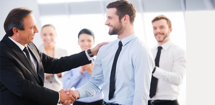 <p>Si conseguiste tu primer trabajo, primero que nada: felicitaciones. Esta primera experiencia es sumamente importante para el desarrollo de tu carrera debido a que <strong>un buen profesional no se mide solo por su currículum</strong>, sino por muchas otras variables, que en su mayoría, no se aprenden en la universidad.</p><p>Para que puedas aprovechar esta oportunidad al máximo, a continuación te ofrecemos una serie de <strong>consejos acerca de lo que deberías y no deberías hacer en tu <a title=Tips y consejos para enfrentar tu primer trabajo href=https://noticias.universia.com.ar/tag/primer-empleo/ target=_blank>primer trabajo</a></strong>.<br/><br/></p><p><strong>Lee también:<br/></strong>><a title=Descubrí las 20 habilidades más valoradas por los empleadores href=https://noticias.universia.com.ar/consejos-profesionales/noticia/2016/02/02/1135944/descubri-20-habilidades-valoradas-empleadores.html target=_blank>Descubrí las 20 habilidades más valoradas por los empleadores</a><br/>><a title=10 lecciones que aprendés en tu primer trabajo href=https://noticias.universia.com.ar/consejos-profesionales/noticia/2015/07/07/1127887/10-lecciones-aprendes-primer-trabajo.html target=_blank>10 lecciones que aprendés en tu primer trabajo</a><br/>><a title=Consejos para sobrevivir al primer día en un nuevo trabajo href=https://noticias.universia.com.ar/consejos-profesionales/noticia/2015/04/29/1124177/consejos-sobrevivir-primer-dia-nuevo-trabajo.html target=_blank>Consejos para sobrevivir al primer día en un nuevo trabajo</a><br/>><a title=10 charlas TED para cuando te sientas desmotivado en el trabajo href=https://noticias.universia.com.ar/consejos-profesionales/noticia/2016/01/26/1135731/10-charlas-ted-sientas-desmotivado-trabajo.html target=_blank>10 charlas TED para cuando te sientas desmotivado en el trabajo</a></p><p></p><p><strong>1. Brindar soluciones en lugar de problemas</strong></p><p>Seguramente tu jefe tenga suficientes problemas como para que vos le agregues otr