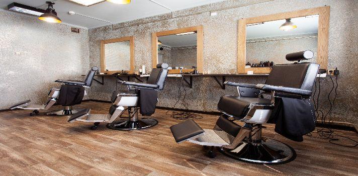<p>Cualquiera puede cortar el pelo, pero <strong>solo los buenos peluqueros alcanzan el éxito legitimado por los clientes</strong> que se sienten conformes con el resultado en su cambio de apariencia. Además de poseer los conocimientos necesarios, <a href=https://noticias.universia.com.ar/educacion/noticia/2016/11/21/1145465/cursos-peluqueria-aprende-oficio-ofrece-rapido-empleo-bien-remunerado.html title=Cursos de peluquería: aprendé un oficio que ofrece rápido empleo y es bien remunerado target=_blank>ser peluquero</a><strong>implica manejar la presión, entablar relaciones sociales y atender los aspectos psicológicos</strong> implicados en la imagen personal. Con el final de ayudarte a lograrlo, preparamos <strong>18 tips para destacarte en el oficio de la peluquería</strong>. ¡Aplicalos!<br/><br/><br/></p><p><strong>1. Poseer bases sólidas</strong></p><p>Trabajar en la cabeza de las personas implica el <strong>riesgo permanente de desilusionar a tus clientes con el resultado final</strong>, ya que un mal corte de pelo es difícil de arreglar y se debe esperar a que crezca. Pero si conocés <strong>las mejores técnicas y una comprensión holística de los que significa el negocio de la peluquería</strong>, tus probabilidades de conformar al cliente son altas.<br/><br/></p><p><strong>2. Actualizar los conocimientos</strong></p><p>La educación continua es fundamental en cualquier rubro y la peluquería no escapa a esta regla. A menudo, los clientes querrán que les realices un corte de moda o las mechas de color que usa una actriz reconocida, por lo cual <strong>es recomendable realizar cursos de actualización sobre las últimas tendencias </strong>para satisfacer las nuevas demandas que van surgiendo año a año.<br/><br/></p><p><strong>3. Proyectar una buena actitud</strong></p><p>El trato con el público implica que tu humor siempre debe estar balanceado. Es importante que los clientes perciban tu disposición para comprender exactamente qué quieren hacerse en la cabeza, así