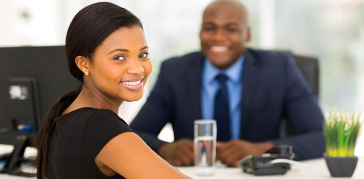<p>Los procesos de <strong>selección de personal</strong> han evolucionado a través de los años para hacer más refinada cada búsqueda y dar con los mejores talentos. Sin embargo, las <strong>preguntas clásicas</strong> en las <strong>entrevistas de trabajo</strong> siguen vigentes y son de utilidad para obtener información certera sobre los candidatos. Para que tengas <strong>más posibilidades</strong> en tu próxima entrevista, te contamos cuáles son las preguntas que nunca faltan y cómo debes responderlas.<br/><br/></p><div class=help-message><h4>¿Buscas trabajo? Registra tu CV en el Portal de empleo de Universia</h4><a href=https://www.universiaempleo.com/ingresarcandidato/ class=enlaces_med_generacion_cv button01 title=Más info target=_blank id=EMPLEO>Más info</a></div><p><br/>Es de conocimiento popular que las respuestas a las preguntas de las <strong>entrevistas laborales</strong> pueden ser determinantes para <strong>conseguir un puesto</strong> de trabajo. Si bien siempre se habla sobre las preguntas que caben esperarse en una entrevista de este tipo, poco se dice sobre cuáles son <strong>las mejores respuestas</strong> para dar una buena impresión al reclutador y tener más posibilidades de ser seleccionado.<br/><br/></p><p>Pensando en <strong>tu futuro</strong>, en Universia elaboramos una lista de las diez<strong> preguntas que nunca faltan</strong> en una entrevista laboral y cuál es la <strong>mejor forma de responderlas</strong>, de acuerdo con la opinión de numerosos especialistas del área y reclutadores de todo el mundo. A continuación, te dejamos el listado con ellas para que te conviertas en el <strong>candidato ideal </strong>para cualquier puesto de trabajo.<br/><br/></p><p><strong>1- ¿Por qué te consideras la mejor persona para este puesto?<br/><br/></strong></p><p>La mejor forma de responder esta pregunta es a través de ejemplos de logros anteriores en tu vida, que sirvan como muestra de tus capacidades y habilidades. Otra forma de responder es c
