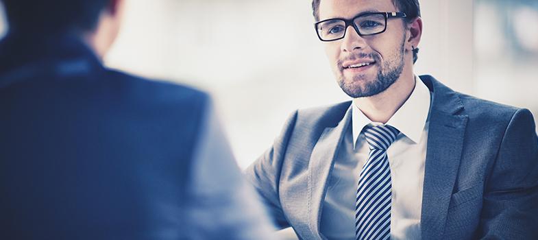 <p>Apesar das mudanças que o mercado de trabalho vem sofrendo com a chegada da tecnologia e das novas demandas globais, uma característica que sempre será valorizada no perfil de um profissional é a sua capacidade de se relacionar e lidar com diferentes tipos de pessoas. Saber iniciar e manter uma conversa, sentir empatia pelo próximo e fazer as perguntas certas na hora certa são alguns exemplos de <strong>habilidades essenciais ao mundo corporativo</strong>.</p><p></p><blockquote style=text-align: center;>Cadastre-se <span style=text-decoration: underline;><a class=enlaces_med_registro_universia title=Cadastre-se aqui para receber dicas de carreira href=https://usuarios.universia.net/registerUserComplete.action?idC=2&idS=NOTICIAS_BR target=_blank id=REGISTRO USUARIOS>aqui</a></span> para receber dicas de carreira</blockquote><p><span style=color: #333333;><strong>Você pode ler também:</strong></span><br/><a title=Cientista de dados é a carreira mais promissora para 2016, diz pesquisa href=https://noticias.universia.com.br/emprego/noticia/2016/05/25/1140122/cientista-dados-carreira-promissora-2016-diz-pesquisa.html>» <strong>Cientista de dados é a carreira mais promissora para 2016, diz pesquisa</strong></a><br/><a title=4 informações profissionais importantes para saber desde o começo da carreira href=https://noticias.universia.com.br/destaque/noticia/2016/04/11/1138145/4-informaces-profissionais-importantes-saber-desde-comeco-carreira.html>» <strong>4 informações profissionais importantes para saber desde o começo da carreira</strong></a><br/><a title=Todas as notícias de Carreira href=https://noticias.universia.com.br/carreira>» <strong>Todas as notícias de Carreira</strong></a></p><p></p><p>Durante uma <strong>entrevista de emprego</strong>, o candidato terá, na maioria das vezes, essas capacidades testadas pelo recrutador. Por isso, é interessante que, durante a avaliação, o profissional demonstre sua capacidade de se relacionar. Uma ótima maneira de expor isso