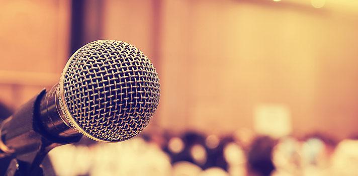 <p>Ao longo da carreira, alguns funcionários acabam <strong><a title=5 hábitos diários para obter sucesso href=https://noticias.universia.com.br/carreira/noticia/2015/09/14/1131099/5-habitos-diarios-obter-sucesso.html>alcançando posições de destaque</a></strong>e, por isso, precisam enfrentar novos desafios, como falar em público. Entretanto, a comunicação pode gerar inseguranças, já que muitas pessoas têm receio de se apresentarem. Quando você atingir essa fase profissional, <strong> saiba como agir para ter um bom desempenho com as 6 dicas a seguir:</strong></p><p></p><p></p><blockquote style=text-align: center;>Cadastre-se <span style=text-decoration: underline;><a id=REGISTRO USUARIOS class=enlaces_med_registro_universia title=Cadastre-se aqui para receber dicas de carreira href=https://usuarios.universia.net/registerUserComplete.action?idC=2&idS=NOTICIAS_BR target=_blank>aqui</a></span> para receber dicas de carreira</blockquote><p><span style=color: #333333;><strong>Você pode ler também:</strong></span><br/><a style=color: #ff0000; text-decoration: none; text-weight: bold; title=4 atitudes que podem atrapalhar o seu crescimento profissional href=https://noticias.universia.com.br/carreira/noticia/2015/11/04/1133201/4-atitudes-podem-atrapalhar-crescimento-profissional.html>» <strong>4 atitudes que podem atrapalhar o seu crescimento profissional</strong></a><br/><a style=color: #ff0000; text-decoration: none; text-weight: bold; title=10 habilidades que todo jovem profissional deve ter href=https://noticias.universia.com.br/carreira/noticia/2015/10/07/1132097/10-habilidades-todo-jovem-profissional-deve.html>» <strong>10 habilidades que todo jovem profissional deve ter</strong></a><br/><a style=color: #ff0000; text-decoration: none; text-weight: bold; title=Todas as notícias de Carreira href=https://noticias.universia.com.br/carreira>» <strong>Todas as notícias de Carreira</strong></a></p><p></p><p><strong> 1 – Aja naturalmente</strong></p><p>Durante discursos em p