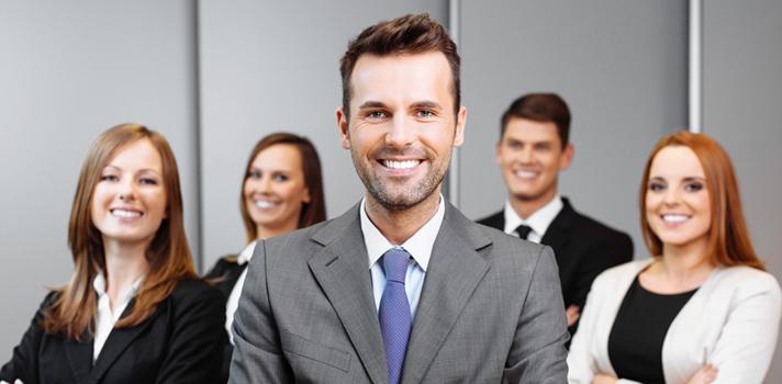 <p><a title=3 TED Talks sobre sucesso profissional href=https://noticias.universia.com.br/carreira/noticia/2015/08/20/1130158/3-ted-talks-sobre-sucesso-profissional.html>Ascender dentro de uma empresa</a>implica tomar diversas medidas para melhorar e conseguir atingir os objetivos determinados, um de cada vez. Uma das principais dicas para começar é saber onde a pessoa gostaria de estar em uma quantidade de anos específica, estabelecendo metas que façam atingir o que pretende. <strong>A seguir, confira o que fazer para atingir o sucesso profissional a longo prazo: </strong></p><p></p><p><span style=color: #333333;><strong>Veja também:</strong></span><br/><a style=color: #ff0000; text-decoration: none; text-weight: bold; title=5 hábitos diários para obter sucesso href=https://noticias.universia.com.br/carreira/noticia/2015/09/14/1131099/5-habitos-diarios-obter-sucesso.html>» <strong>5 hábitos diários para obter sucesso</strong></a><br/><a style=color: #ff0000; text-decoration: none; text-weight: bold; title=5 livros para obter o sucesso profissional href=https://noticias.universia.com.br/carreira/noticia/2015/08/28/1130412/5-livros-obter-sucesso-profissional.html>» <strong>5 livros para obter o sucesso profissional</strong></a><br/><a style=color: #ff0000; text-decoration: none; text-weight: bold; title=Todas as notícias de Carreira href=https://noticias.universia.com.br/carreira>» <strong>Todas as notícias de Carreira</strong></a></p><p></p><p><strong> 1 – <a title=Entenda como você pode atingir seus objetivos href=https://noticias.universia.com.br/carreira/noticia/2015/07/28/1128963/entenda-pode-atingir-objetivos.html>Pensar nos objetivos </a></strong><br/> Para alcançar o sucesso profissional, é importante que você estabeleça metas pessoais. Sempre se lembre delas para que, assim, sinta-se motivado para buscá-las. Pense todos os dias em estratégias que tornem seu objetivo mais próximo da realidade.</p><p></p><p><strong> 2 – Avalie seus objetivos </strong><br/> Mui