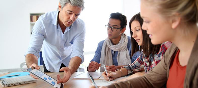 Conseguir o sucesso profissional exige uma série de esforços e de aprendizados ao longo da vida. Para conseguir atingir essa meta, principalmente no início da carreira, é interessante analisar a maneira como os profissionais em cargos mais altos se comportam, já que conseguiram um êxito dentro da área de trabalho. Conheça 5 características de pessoas bem-sucedidas e aplique-as no seu dia a dia: <blockquote style=text-align: center;>Cadastre-se <span style=text-decoration: underline;><a href=https://usuarios.universia.net/registerUserComplete.action?idC=2&idS=NOTICIAS_BR class=enlaces_med_registro_universia title=Cadastre-se aqui para receber dicas de carreira target=_blank id=REGISTRO USUARIOS>aqui</a></span> para receber dicas de carreira<br/><br/></blockquote><p><span style=color: #333333;><strong>Você pode ler também:</strong></span><br/><a href=https://noticias.universia.com.br/destaque/noticia/2016/06/06/1140475/4-formas-faceis-atingir-sucesso-profissional.html title=4 formas fáceis de atingir o sucesso profissional>» <strong>4 formas fáceis de atingir o sucesso profissional</strong></a><br/><a href=https://noticias.universia.com.br/destaque/noticia/2016/04/08/1138102/conheca-dificuldades-6-famosos-antes-sucesso-motive-buscar.html title=Conheça as dificuldades de 6 famosos antes do sucesso e motive-se para buscar o seu>» <strong>Conheça as dificuldades de 6 famosos antes do sucesso e motive-se para buscar o seu</strong></a><br/><a href=https://noticias.universia.com.br/carreira title=Todas as notícias de Carreira>» <strong>Todas as notícias de Carreira<br/><br/></strong></a></p><p><strong> 1 –<a href=https://noticias.universia.com.br/destaque/noticia/2015/02/12/1119953/descubra-sabe-equilibrar-carreira-vida-pessoal.html title=Descubra se você sabe equilibrar carreira e vida pessoal>Buscam equilíbrio </a></strong><br/> O equilíbrio profissional é um dos caminhos para o sucesso. Dedique-se muito durante o expediente, mas saiba como organizar sua rotina para també