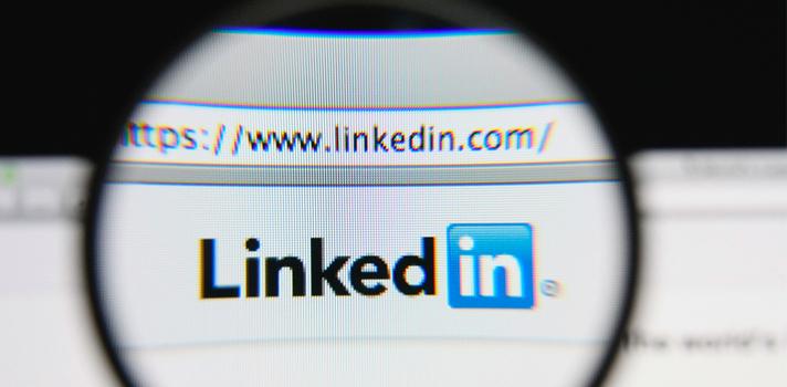 """<p>La plataforma de cursos masivos, abiertos y en línea (moocs, por sus siglas en inglés) Formación Alcalá ofrece """"<a title=3 claves fundamentales para buscar trabajo en las redes sociales href=https://noticias.universia.net.co/empleo/noticia/2015/01/05/1117787/3-claves-fundamentales-buscar-trabajo-redes-sociales.html target=_blank>Cómo buscar trabajo en las redes sociales</a>"""", un mooc diseñado para potenciar la búsqueda de empleo.</p><blockquote style=text-align: center;>¿Buscas trabajo? Registra<a id=EMPLEO class=enlaces_med_generacion_cv title=Regista tu hoja de vida y postúlate a las ofertas de nuestro portal de empleo href=https://empleos.universia.net.co/buscoempleo/>aquí</a>tu Hoja de Vida y postúlate a las ofertas de nuestro portal te empleo</blockquote><p>Tal como se informa en la web, este programa tiene como objetivo que el participante aprenda a comunicar sus competencias y habilidades de la mejor manera, de acuerdo a las exigencias del mundo de hoy y los nuevos paradigmas del mercado laboral.</p><p>Este mooc no tiene fecha de inicio ni de finalización, ya que se encuentra disponible en la plataforma todos los días del año. Su duración es de <strong>14 horas</strong> lectivas, que el participante puede cursar según el ritmo y el <strong>horario que le sea conveniente</strong>, tanto desde su computador como a través de su celular o tablet.</p><blockquote style=text-align: center;>Visita la plataforma <a href=https://miriadax.net/>Miríada X</a> para acceder a más cursos online y gratuitos.</blockquote><p>Aunque tomar el curso es <strong>gratuito</strong>, una vez completado el programa el alumno tiene la posibilidad de abonar 20 euros y obtener un certificado oficial otorgado por la <a title=Asociación para la Formación Continuada en Ciencias de la Salud y Educación Alcalá href=https://www.formacionalcala.es/ target=_blank>Asociación para la Formación Continuada en Ciencias de la Salud y Educación Alcalá</a>.</p><p>¿Interesado? Accede al <a title=Cómo bu"""