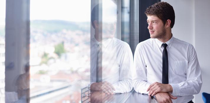 <p>Em geral, não existem restrições muito específicas para quem deseja <a title=Confira 3 TED Talks para aprender sobre negócios href=https://noticias.universia.com.br/carreira/noticia/2015/08/05/1129404/confira-3-ted-talks-aprender-sobre-negocios.html><strong>investir em um negócio próprio</strong></a>. Tanto um jovem quanto um profissional mais experiente podem se tornar empreendedores, colocando suas ideias em prática. Apesar de não existir uma <strong><a title=4 inseguranças que você deve combater para se tornar um empreendedor href=https://noticias.universia.com.br/carreira/noticia/2015/05/13/1124996/4-insegurancas-deve-combater-tornar-empreendedor.html>fórmula para ser um empreendedor de sucesso</a></strong>, fazer um planejamento a longo prazo é importante, assim como identificar o surgimento de oportunidades no dia a dia, usando a criatividade.</p><p></p><blockquote style=text-align: center;>Cadastre-se <span style=text-decoration: underline;><a id=REGISTRO USUARIOS class=enlaces_med_registro_universia title=Cadastre-se aqui para receber dicas de carreira href=https://usuarios.universia.net/registerUserComplete.action? idC=2&idS=NOTICIAS_BR target=_blank>aqui</a></span> para receber dicas de carreira<br/><br/></blockquote><p><span style=color: #333333;><strong>Veja também:</strong></span><br/><a style=color: #ff0000; text-decoration: none; text-weight: bold; title=Como se tornar empreendedor desde jovem href=https://noticias.universia.com.br/carreira/noticia/2015/09/17/1131118/tornar-empreendedor-desde-jovem.html>» <strong>Como se tornar empreendedor desde jovem</strong></a><br/><a style=color: #ff0000; text-decoration: none; text-weight: bold; title=6 frases motivacionais de grandes nomes do empreendedorismo brasileiro href=https://noticias.universia.com.br/carreira/noticia/2015/08/14/1129885/6-frases-motivacionais-grandes-nomes-empreendedorismo-brasileiro.html>»<strong>6 frases motivacionais de grandes nomes do empreendedorismo brasileiro</strong></a><br/>