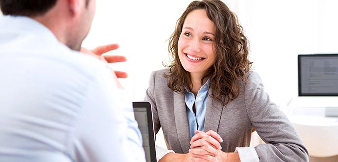 <p>As<strong><a title=4 dicas para participar de entrevistas por Skype href=https://noticias.universia.com.br/carreira/noticia/2015/10/08/1132143/4-dicas-participar-entrevistas-skype.html>entrevistas de emprego</a></strong>costumam ser o maior desafio dos processos seletivos, porque representam o momento em que os gestores podem conhecer um pouco melhor as pessoas que ocuparão uma vaga em determinada empresa. Por isso, muitos candidatos tendem a ficar nervosos e não saber como agir. Para que você não tenha <strong>problemas em entrevistas de emprego</strong> e dinâmicas de grupo, <strong> confira as dicas para se apresentar bem:</strong></p><p></p><blockquote style=text-align: center;>Grátis: cadastre <span style=text-decoration: underline;><a id=EMPLEO class=enlaces_med_generacion_cv title=Grátis: cadastre aqui seu CV e veja vagas href=https://www.universiaemprego.com.br/ target=_blank>aqui</a></span> seu CV e veja vagas</blockquote><p><span style=color: #333333;><strong>Você pode ler também:</strong></span><br/><a style=color: #ff0000; text-decoration: none; text-weight: bold; title=Como elaborar um bom currículo href=https://noticias.universia.com.br/carreira/noticia/2015/12/22/1134941/elaborar-bom-curriculo.html>» <strong>Como elaborar um bom currículo</strong></a><br/><a style=color: #ff0000; text-decoration: none; text-weight: bold; title=Como aproveitar ao máximo seu estágio href=https://noticias.universia.com.br/carreira/noticia/2015/11/13/1133684/aproveitar-maximo-estagio.html>» <strong>Como aproveitar ao máximo seu estágio</strong></a><br/><a style=color: #ff0000; text-decoration: none; text-weight: bold; title=Todas as notícias de Emprego href=https://noticias.universia.com.br/emprego>» <strong>Todas as notícias de Emprego</strong></a></p><p></p><p><strong> 1 – Entenda a empresa</strong></p><p>Antes que você vá para a entrevista, é importante que saiba ao menos o básico sobre a empresa que está buscando uma vaga de trabalho. Pesquise sobre os ideias da em