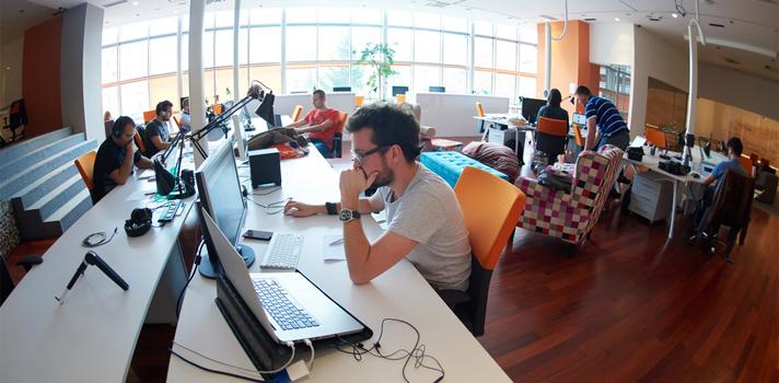 <p>Según una <strong>encuesta realizada por la Cámara de la Industria Argentina del Software (CESSI)</strong>, el 71% de los empresarios del sector Tecnologías de la Información (TI) considera que las carreras del sector informático deberían estar más especializadas. ¡Seguí leyendo!</p><blockquote style=text-align: center;>Conocé los programas de <a href=https://www.universia.com.ar/estudios/busqueda-avanzada/ka/Inform%C3%A1tica/key/especializacion/pg/1 title=Portal de estudios de Universia - Especializaciones en el campo de la informática target=_blank>especialización en el campo de la informática</a>que ofrecen las universidades</blockquote><p><span>CESSI, a través del Observatorio Permanente de la Industria del Software y Servicios Informáticos (OPSSI), realizó una <strong>encuesta de opinión para conocer qué piensan los directores de empresas del sector TI sobre la preparación universitaria</strong> que tienen los egresados cuando se incorporan a la industria. De esta encuesta, se desprenden los siguientes datos:<br/><br/></span></p><ul><li><span>Se necesitan carreras más específicas, cortas y enfocadas en las tendencias actuales del mercado</span></li><li><span>Las carreras de grado no tendrían que extenderse más de 4 años (82%)</span></li><li><span>Las carreras informáticas deberían estar más especializadas (71%)</span></li><li><span>Las ciencias duras no específicas no contribuyen a la formación (73%)</span></li><li><span>Las universidades públicas forman mejores profesionales en informática (36%)</span></li><li><span>Los egresados universitarios no salen suficientemente preparados para trabajar en el sector (68%)</span></li><li><span>Los contenidos de las carreras universitarias están desactualizados (91%)</span></li></ul><p><span></span></p><p><span>Las<strong>empresas del sector de Software y Servicios Informáticos en Argentina</strong>tuvieron un crecimiento muy importante en los últimos años. Es por eso que la industria argentina relacionada al sector de