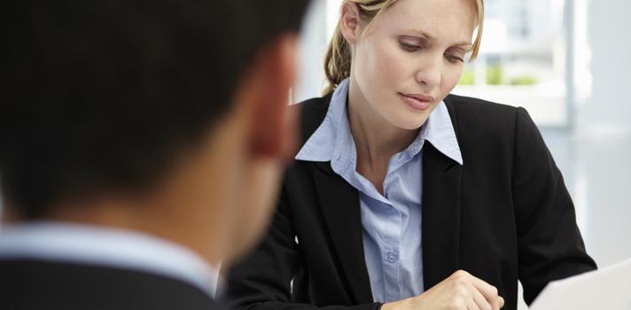 <p style=text-align: justify;>Al momento de enfrentarse a su primera entrevista de trabajo, muchas personas le tienen miedo al momento en el que se pregunta por las expectativas salariales, sobre todo cuando se trata de negociar el salario ofrecido. Estar correctamente preparado para enfrentar el tema económico es muy importante para alcanzar tus metas profesionales. Sigue leyendo para conocer los <strong>4 mitos más comunes sobre la negociación salarial</strong>:</p><p style=text-align: justify;></p><p><strong>Lee también</strong><br/><a style=color: #666565; text-decoration: none; title=Empleo: ¿qué trabajadores son los que reciben el mejor salario en Colombia? href=https://noticias.universia.net.co/empleo/noticia/2014/11/05/1114461/empleo-trabajadores-reciben-mejor-salario-colombia.html>» <strong>Empleo: ¿qué trabajadores son los que reciben el mejor salario en Colombia?</strong></a><br/><a style=color: #666565; text-decoration: none; title=Salarios: ¿cuál será la tendencia este 2015? href=https://noticias.universia.net.co/actualidad/noticia/2015/01/05/1117800/salarios-cual-tendencia-2015.html>» <strong>Salarios: ¿cuál será la tendencia este 2015?</strong></a><br/><a style=color: #666565; text-decoration: none; title=Los 6 errores más comunes en las entrevistas de trabajo href=https://noticias.universia.net.co/en-portada/noticia/2012/10/18/975572/6-errores-mas-comunes-entrevistas-trabajo.html>» <strong>Los 6 errores más comunes en las entrevistas de trabajo</strong></a></p><p style=text-align: justify;></p><p style=text-align: justify;><strong>1. Debes tocar el tema desde un principio</strong></p><p style=text-align: justify;>La oportunidad es crucial a la hora de discutir tus expectativas salariales, por lo que debes evitar este punto en el primer contacto con tu posible empleador.</p><p style=text-align: justify;>Según explicó a <strong><a title=Business Insider href=https://www.businessinsider.com/ target=_blank>Business Insider</a></strong>Andrea St. James, e