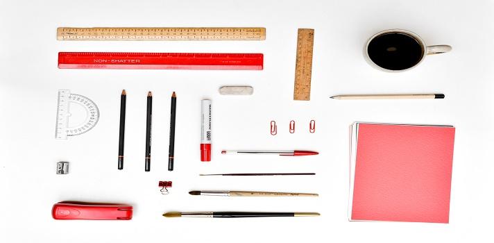 <p>Los trabajadores se esfuerzan para descubrir cuál es la <strong>clave para aumentar su productividad laboral</strong>. Si bien muchos factores influyen, la organización del escritorio es vital porque te ayuda a encontrar todo más fácil y no perdés tiempo en vano. Universia Argentina te aconseja cómo ordenarlo para que te sea lo más útil posible.</p><p></p><p><span style=color: #ff0000;><strong>Lee también</strong></span><br/><a style=color: #666565; text-decoration: none; title=¿Cómo encontrar el equilibrio en tu espacio de trabajo? href=https://noticias.universia.com.ar/empleo/noticia/2015/02/06/1119614/como-encontrar-equilibrio-espacio-trabajo.html>» <strong>¿Cómo encontrar el equilibrio en tu espacio de trabajo?</strong></a><br/><a style=color: #666565; text-decoration: none; title=Conocé las nuevas tendencias en las oficinas href=https://noticias.universia.com.ar/empleo/noticia/2014/09/03/1110766/conoce-nuevas-tendencias-oficinas.html>» <strong>Conocé las nuevas tendencias en las oficinas</strong></a> <br/><a style=color: #666565; text-decoration: none; title=6 razones que demuestran que las oficinas caducaron href=https://noticias.universia.com.ar/consejos-profesionales/noticia/2015/06/09/1126512/6-razones-demuestran-oficinas-caducaron.html>» <strong>6 razones que demuestran que las oficinas caducaron</strong></a></p><p></p><p>La prestigiosa revista Time recientemente entrevistó a la exitosa emprendedora, escritora y experta en organización Jennifer Ford Berry y le consultó cuáles son sus secretos para transformar un escritorio caótico en uno ideal.</p><p></p><blockquote style=text-align: center;>Conseguí el libro<strong><span style=text-decoration: underline;><a id=AMAZON title=Organize Now! href=https://www.amazon.com/gp/product/1440308632/ref=as_li_tl?ie=UTF8&camp=1789&creative=9325&creativeASIN=1440308632&linkCode=as2&tag=universia-ar-20&linkId=SOJUZWLRWIGFCHXM target=_blank>Organize Now!</a></span></strong>de Jennifer Ford Berry y aprendé más tips para 