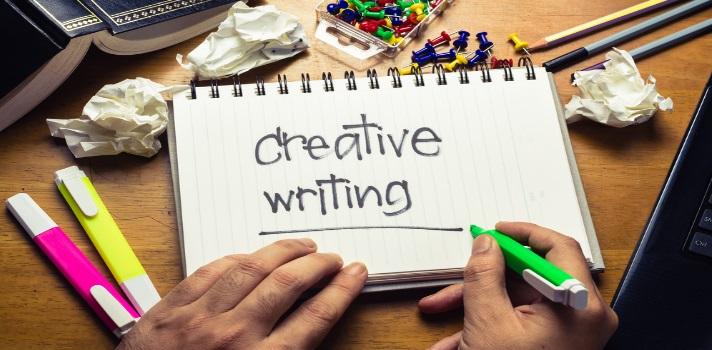 """La <strong>creatividad</strong> es una habilidad que se trabaja y no al contrario una """"inspiración divina"""". <strong>Escribir textos creativos</strong> invita al lector a leer hasta el final; aunque claro está que algunos temas se prestan más que otros para despuntar esta habilidad. A continuación dejamos algunos consejos que te ayudarán si quieres escribir textos más creativos. <br/><br/><strong><br/>8 tips para trabajar la creatividad en tu escritura</strong><br/><br/><br/><strong>1 – Define sobre qué vas a escribir</strong><br/><br/>¿Qué historia tienes para contar? Has un bosquejo sobre la misma y los principales puntos a incluir. La creatividad no debe confundirse con dejar todo librado a la improvisación:<strong>la organización sigue siendo fundamental para no perderse en el camino</strong>. <br/><strong><br/><br/>2 – Lleva siempre una libreta</strong><br/><br/><strong>Las mejores ideas surgen en lugares y momentos insólitos</strong>; y no deberías confiar tanto en tu memoria por más buena que ésta sea porque quizás cuando quieras recordar """"aquello"""" específico recuerdes solo un borrador del concepto. Evita esto teniendo siempre contigo una libreta donde puedas anotar todo lo que te pase por la mente. <br/><strong><br/><br/>3 – No descartes nada</strong><br/><br/>Si se te ha ocurrido una idea y no crees que merezca la pena registrarla, anótala igual. Es necesario <strong>pasar por muchas ideas malas hasta dar en el clavo de lo que estás buscando</strong>. Le pasa hasta a los más """"genios"""". <br/><strong><br/><br/>4 – Comienza a escribir libremente</strong><br/><br/>Muy atado al punto anterior, no esperes que te llegue la inspiración divina. Esto no es más que una fábula: el escribir es un trabajo, un oficio que se pule con la práctica; y si no comienzas a hacerlo no adquirirás esa práctica. Empieza a escribir <strong>dejándote llevar y al principio sin pensar demasiado en las reglas del idioma ni en el estilo</strong>, ya que eso se corrige en pasos posteriores co"""