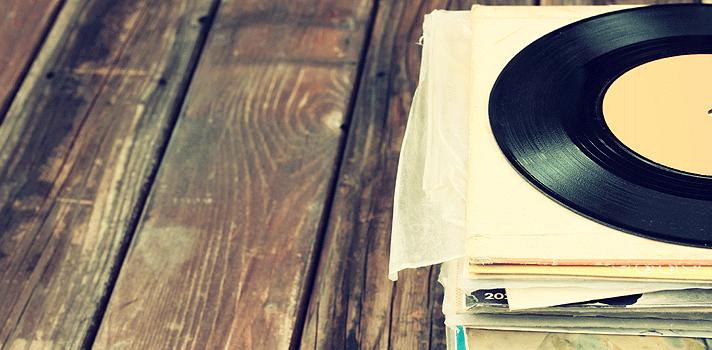 <p>Ouvir música durante o expediente do trabalho pode ser um grande aliado, <a title=Entenda como melhorar a produtividade diária href=https://noticias.universia.com.br/destaque/noticia/2015/11/05/1133281/entenda-melhorar-produtividade-diaria.html>potencializando sua produtividade</a>. Uma das principais vantagens é que o profissional sente prazer ao escutar a canção que gosta e, consequentemente, melhorar o rendimento dentro do local de trabalho. No entanto, é essencial prestar atenção em alguns detalhes para poder ouvir músicas durante o trabalho de maneira saudável. <strong> Confira quais são eles:</strong></p><p></p><p><span style=color: #333333;><strong>Você pode ler também:</strong></span><br/><a style=color: #ff0000; text-decoration: none; text-weight: bold; title=7 motivos para estudar música href=https://noticias.universia.com.br/destaque/noticia/2016/01/26/1135794/7-motivos-estudar-musica.html>» <strong>7 motivos para estudar música</strong></a><br/><a style=color: #ff0000; text-decoration: none; text-weight: bold; title=Estudar em silêncio total ou ouvindo música? Descubra qual método é melhor para você href=https://noticias.universia.com.br/atualidade/noticia/2015/02/05/1119639/estudar-silencio-total-ouvindo-musica-descubra- metodo-melhor.html>» <strong>Estudar em silêncio total ou ouvindo música? Descubra qual método é melhor para você</strong></a><br/><a style=color: #ff0000; text-decoration: none; text-weight: bold; title=Todas as notícias de Carreira href=https://noticias.universia.com.br/carreira>» <strong>Todas as notícias de Carreira</strong></a></p><p></p><p><strong> 1 – Analise as normas da instituição</strong></p><p>Antes de colocar os seus fones de ouvido, tenha certeza que o seu chefe não se importa com essa atividade. Algumas companhias são mais abertas e não se incomodam com isso, enquanto outras têm normas internas que proíbem a prática. Para não enfrentar problemas, cheque com antecedência.</p><p></p><p><strong> 2 – Mantenha-se atento</st