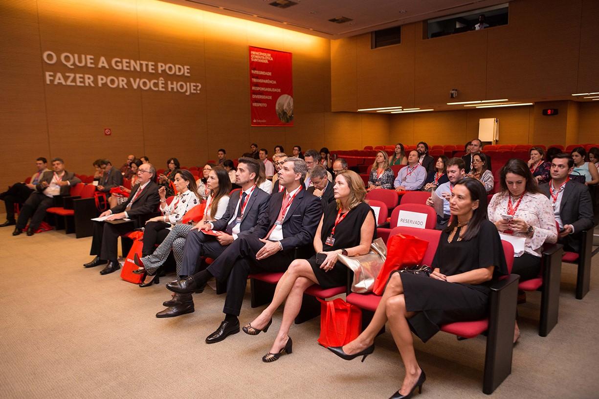 """<p>Os desafios da gestão dos programas de MBA e o posicionamento de mercado atendendo ao cenário atual foi a temática da terceira edição do Fórum de Gestores de MBA, promovido pela ANAMBA e UNIVERSIA, no dia 12 de setembro, em São Paulo.O evento, patrocinado pela Thomson Reuters e Santander Universidades, reuniu representantes de instituições de todo Brasil com o objetivo de trocar experiências e debater as principais necessidades do setor educacional em negócios, estratégias de gestão e a excelência em qualidade.</p><p>Para o <em>chairman</em> do evento e diretor executivo e de afiliações da ANAMBA, Silvio Abrahão Laban Neto, o destaque do evento foi fornecer mais troca de experiências e menos teoria, para buscar entender os desafios e o momento que vive o País, estimulado pela acelerada transformação do mercado e demais fatores como política, crise, etc. """"A necessidade de adaptação por parte das instituições é muito mais latente nesse cenário"""", revelou.</p><p>Assim, um dos desafios dos programas de MBA é a criação de uma identidade. """"As escolas precisam ter claro quem e como são, quem é o seu público, onde e com quem elas querem estar"""", disse. Para isso, precisamos possibilitar o debate coletivo, a troca de vivências e percepções sem perder de vista a variável regional, pois o País é muito grande e cada instituição possui suas particularidades"""", mencionou.</p><p><strong><img src=https://imagenes.universia.net/gc/net/images/consejos-profesionales/f/fo/fot/foto85.jpg height=undefined width=undefined/></strong></p><p><br/>Após cerimônia de abertura - conduzida por Laban juntamente com o diretor geral da Universia Brasil, Anderson Pereira, e da diretora de Corporações e Governos da Thomson Reuters, Ana Paula Neves –o foco foi refletir divergências e convergências na formação de gestores frente ao atual cenário global marcado por inúmeras mudanças, quebras de paradigmas e inovações.</p><p>Na palestra """"O papel das novas lideranças em um mundo em constante evolução"""", Ana"""