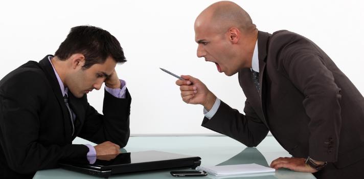 """<p>No todas las personas tienen el carácter ideal para ser líderes o jefes; ya que éstos deben reunir una serie de condiciones que no todos poseen. <strong>¿Quieres saber si cuentas con el temple necesario para dirigir a los demás?</strong> Averígualo en esta nota <br/><br/><br/><strong>5 indicios de que no puedes ser jefe</strong><br/><br/><br/><strong>1 – Te gusta demasiado el poder</strong><br/><br/><strong>Si disfrutas tener el poder sobre los demás, es probable que no estés tan apto para ser líder</strong>,ya que puede convertirse en algo """"peligroso"""" si te abusas de ese poder solo para prohibir las cosas que a ti no te gustan. Ten cuidado con esto, ya que si logras llegar a una posición de líder puedes convertir fácilmente ese liderazgo en algo negativo para un grupo (y terminar siendo un jefe despótico). <br/><br/></p><p><br/><strong>2 – No existe una manera mejor que la tuya</strong><br/><br/>¿Siempre estás a disgusto cuando las cosas no están hechas por ti o exactamente bajo tu mando? ¿Te cuesta reconocer que hay otras formas, además de la tuya, para llevar a cabo un proyecto? Si es así, como jefe complicarías demasiado las cosas, ya que un proyecto donde no se permita <strong>escuchar las ideas del resto</strong> está más bien condenado al fracaso. <br/><br/><br/><strong>3 – Quieres ser jefe para trabajar menos que el resto</strong><br/><br/>Si eres de la idea de que el jefe debería estar descansando sobre una palmera mientras el resto del equipo trabaja de sol a sol, entonces tienes otro indicio de que no tienes <strong>alma de líder</strong>. Más allá de que algunos jefes puedan tener esta actitud, esto no es lo que se espera de alguien que dirige a un equipo. Por lo menos no de alguien que lo dirige a buenos resultados. <br/><br/><br/><strong>4 – Sólo piensas en ganar más dinero</strong><br/><br/>Si tu única motivación pasa por el lado económico, entonces es probable que si llegas a ostentar un puesto de jefe termines agobiándote con las <strong>muchas r"""