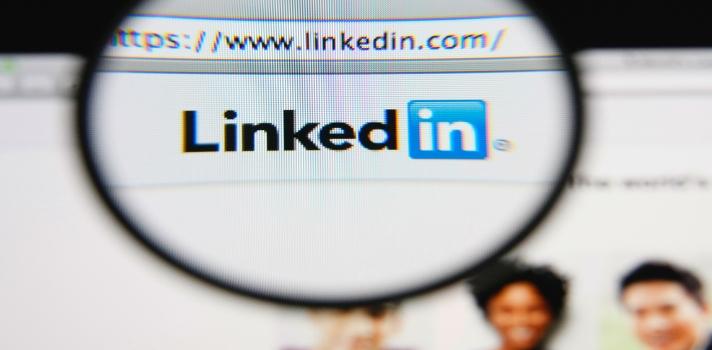 """<p>Empleada correctamente, LinkedInconstituye una excelente herramienta para expandir la red profesional de contactos y quizás conectarte con tu futuro empleador o cliente. A continuación te compartimos algunos consejos y trucos que quizás no conocías para <strong>usar LinkedIn como un experto:</strong></p><blockquote style=text-align: center;>Ingresa tu hoja de vida en nuestro <a id=EMPLEO class=enlaces_med_generacion_cv title=Portal de empleo Universia Colombia href=https://empleos.universia.net.co/buscoempleo/>Portal de empleo</a> para postularte a ofertas laborales.</blockquote><p><strong>1) Utiliza la sección """"Pulse"""" para enterarte de las últimas novedades</strong></p><p><a title=Pulse - Linkedin href=https://www.linkedin.com/today/ target=_blank>Pulse</a>es un sector de Linkedin en el que puedes acceder a los <strong>artículos más interesantes acerca del mundo laboral</strong>. Refina tu búsqueda por industria, autor o publicación para encontrar las últimas novedades de tu rubro profesional.</p><p></p><p><strong>2) Publica tu propio contenido en Pulse</strong></p><p>Cualquier usuario de Linkedin está habilitado para <strong>publicar un artículo en Pulse</strong>. Crear contenido para esta plataforma y luego promocionarlo a través del perfil de tu empresa puede ser una excelente manera de ganar visibilidad.</p><p></p><p><strong>3) Personaliza tu URL</strong></p><p>LinkedIn brinda la posibilidad de<strong> convertir el URL de tu perfil personal en algo mucho más prolijo y simple</strong> del conjunto de letras y símbolos que genera automáticamente. Al dirigirte al sector """"configuración"""" y luego hacer clic en """"Editar mi perfil público"""" aparece una sección """"Crear mi URL personalizado"""" en la esquina superior derecha.</p><p></p><p><strong>4) Añade una foto de fondo a tu perfil</strong></p><p>Añade tu toque personal a tu perfil con una foto de fondo. Solo tienes que ir a """"Editar perfil"""" y luego hacer clic en """"Añadir una foto de fondo"""". Evita subir una imagen de mala """