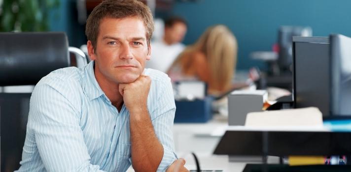 <p>Sentirte cómodo en tu sitio de trabajo influye tanto en tu estado de ánimo como en tu <strong>productividad laboral</strong>. ¿Pero cómo lograr un espacio de trabajo feliz? Más allá de las relaciones con los compañeros y superiores, <strong>una oficina bien estructurada, decorada y cómoda será clave</strong> en este propósito. Descubre <strong>cómo lograr un buen espacio de trabajo</strong> a través de 7 tips que te dejamos a continuación.</p><p><br/><span style=color: #ff0000;><strong>Lee también</strong></span><br/><a style=color: #666565; text-decoration: none; title=Reuniones de trabajo: 9 pasos para conseguir eficacia y productividad href=https://noticias.universia.com.ec/en-portada/noticia/2014/02/03/1079640/reuniones-trabajo-9-pasos-conseguir-eficacia-productividad.html target=_blank>» <strong>Reuniones de trabajo: 9 pasos para conseguir eficacia y productividad</strong></a><br/><a style=color: #666565; text-decoration: none; title=Aprende a decir NO con estos consejos para mejorar tu asertividad href=https://noticias.universia.com.ec/consejos-profesionales/noticia/2016/02/18/1136473/aprende-decir-consejos-mejorar-asertividad.html target=_blank>» <strong>Aprende a decir NO con estos consejos para mejorar tu asertividad</strong></a><br/><a style=color: #666565; text-decoration: none; title=Chequea aquí más consejos profesionales href=https://noticias.universia.com.ec/tag/consejos-profesionales/ target=_blank>» <strong>Chequea aquí más consejos profesionales</strong></a><br/><br/></p><p></p><p><strong>7 tips para trabajar en una oficina feliz</strong></p><p><strong>1 – Ten el escritorio ordenado</strong><br/>Si tu sitio de trabajo está atiborrado de papeles y el escritorio es un caos difícilmente te cueste concentrarte o encontrar algo específico cuando lo necesitas. <a title=Organiza también tu correo electrónico para lograr mayor productividad href=https://noticias.universia.com.ec/consejos-profesionales/noticia/2016/02/26/1136750/7-tips-organizar-correo-e