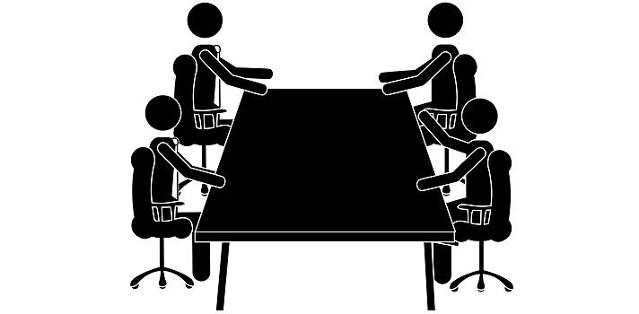 <p>La llegada de las nuevas tecnologías al mundo laboral ha permitido la incorporación de nuevos métodos de comunicación como emails, chats, conferencias virtuales, etc. Sin embargo, el <strong>intercambio cara a cara sigue</strong> siendo un vehículo fundamental de interacción para mejorar el trabajo de todo el equipo.</p><p>Si bien es cierto que las<strong> reuniones de trabajo</strong> tienen fama de ser una gran pérdida de tiempo, estas instancias también pueden mejorar enormemente los niveles de productividad en la empresa. Claro que para ello <strong>deben estar bien organizadas y seguir algunos lineamientos</strong> como los que te presentamos a continuación:</p><blockquote style=text-align: center;><strong><a id=EMPLEO class=enlaces_med_generacion_cv title=Ingresa tu CV en Universia href=https://www.universiaempleo.cl/buscoempleo target=_blank>Ingresa tu CV en Universia</a></strong> y accede a todas las ofertas de empleo</blockquote><p><strong>Establece metas concretas</strong></p><p>Si no existen objetivos concretos, la reunión será una gran pérdida de tiempo para todos. Cuando se organiza una instancia de este tipo se deben pautar de antemano los temas a tratar, problemas a solucionar o nuevos proyectos a abordar.</p><p><strong>Plantea una agenda de antemano</strong></p><p>En este sentido, también será fundamental organizar una agenda de la reunión que incluya horarios. Estos deben ser respetados para evitar que nadie pierda el tiempo y todos puedan planificar el resto de su jornada laboral con tranquilidad.</p><p><strong>Exige puntualidad</strong></p><p>Siguiendo en línea con el punto anterior, debes tener en cuenta que si exiges puntualidad no debes esperar a nadie para empezar tu exposición. Los que lleguen tarde deberán ponerse al día una vez que termine la reunión.</p><p><strong>Envía material antes de la reunión</strong></p><p>Como forma de agilizar la dinámica y optimizar el tiempo, es sumamente recomendable enviar los materiales antes de la reunión