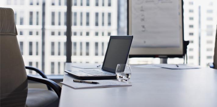 La luz natural y las mesas amplias son elementos muy beneficiosos para trabajar cómodo