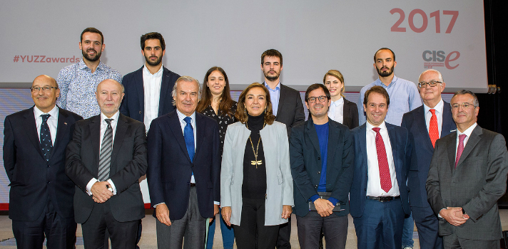 Premiados y Autoridades Santander YUZZ: Foto de grupo de los emprendedores premiados con las autoridades que asistieron al acto de entrega