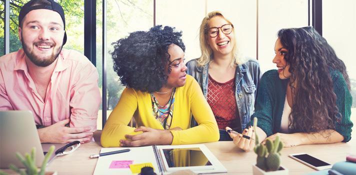 Ser sociable puede ayudarte a crear un buen ambiente laboral con tus compañeros