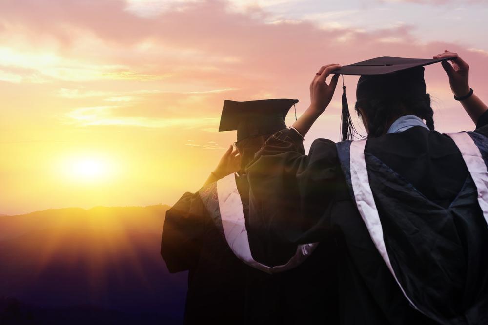 <p>Tome isso como fato: a qualificação é nada menos do que essencial na construção de currículo, bem como na inserção e ascensão dentro do mercado de trabalho atual. Nesse sentido, cursar uma graduação, uma formação no ensino superior, é um valioso diferencial. Mas a coisa não vai apenas até aí.</p><p>Uma pós-graduação representa uma das alternativas mais interessantes de continuidade dos estudos. A categoria de formação inclui uma série de possibilidades bastante específicas: especializações, mestrados, doutorados, MBAs. A lista é extensa e decidir qual o melhor tipo de pós para a sua carreira demanda conhecer bem as características de cada um deles. Entre os mais procurados nos últimos tempos está o mestrado.</p><p>Quer saber se um mestrado faz a diferença na carreira? Confira nossas dicas. </p><p></p><p><a href=https://noticias.universia.com.br/destaque/noticia/2017/09/18/1155776/outro-diploma-conheca-4-razes-cursar-segunda-graduacao.html>Conheça também 4 razões para cursar uma segunda graduação</a></p><h2><strong>O que é <em>Stricto sensu</em><br/><br/></strong>Uma das diferenciações mais básicas para os cursos de pós-graduação é a divisão <em>stricto sensu</em> e <em>lato sensu</em>. Os termos indicam importantes elementos de cada formação que as tornam únicas.</h2><p>Enquanto as pós <em>lato sensu</em> são mais dedicadas ao próprio exercício profissional, com durações menores e mais específicas (especializações, MBAs, etc), as pós <em>stricto sensu</em> seguem modelos mais tradicionais de ensino, com pesquisas acadêmicas e aprofundamentos em maior duração.</p><p>A maior parte dos cursos de mestrado se encaixa como cursos <em>stricto sensu</em>.</p><h2><strong><br/>Mestre no escritório?</strong></h2><p>Chega o momento da pergunta: qual a vantagem em trilhar o caminho mais acadêmico do mestrado ao invés de cursar especializações ou formações mais específicas do mundo profissional? A resposta é simples e está no diferencial.</p><p>Cada vez mais, a concorrência au