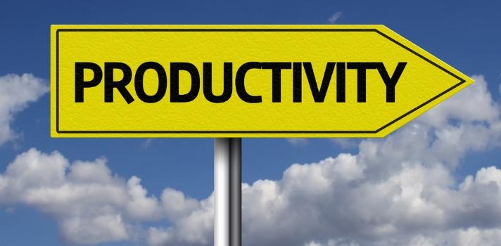 <p><strong>Trabajar desde casa </strong>suele ser beneficioso para muchos profesionales y también para las empresas, pero <strong>requiere de disciplina y orden</strong> por parte de quienes lo practican. Si tienes tu oficina en tu propio hogar, no te pierdas los consejos que te traemos en esta nota, para que puedas trabajar de manera eficaz y productiva.</p><blockquote style=text-align: center;><br/>¿Buscas trabajo?<a href=https://www.universiaempleo.com/ingresarcandidato/ class=enlaces_med_generacion_cv title=Ingresa tu CV nuestro Portal de Empleo de Universia target=_blank id=EMPLEO>Ingresa tu CV nuestro Portal de Empleo de Universia</a></blockquote><p><br/>Si eres un <strong>profesional emprendedor o freelance</strong>, es probable que <strong>tu oficina de trabajo sea tu propia casa</strong>. Si bien trabajar desde la comodidad del hogar es para muchos un sueño, puede ser perjudicial para los profesionistas que no logren encontrar el balance justo entre la vida personal y la laboral.<br/><br/></p><p>Si tienes intenciones de comenzar a emplearte desde tu casa, a continuación te dejamos una <strong>lista de recomendaciones</strong> seleccionadas de la web <a href=https://www.soyentrepreneur.com/ title=SoyEntrepreneur target=_blank rel=me nofollow>SoyEntrepreneur</a> para trabajar de forma productiva en tus proyectos.<br/><br/></p><p><strong>1- Ten un horario de trabajo<br/></strong></p><p>La mayoría de los trabajadores independientes no tienen un horario fijo, y esto hace que haya días en los que trabajen muchas horas para compensar la poca productividad de otros. Si tienes un proyecto entre manos, lo mejor es que te marques un horario laboral fijo, así podrás cumplir con el trabajo y también con los quehaceres cotidianos.<br/><br/></p><p><strong>2- Crea tu propio espacio de trabajo<br/></strong></p><p>Debes hacer de cuenta que tu casa es también tu oficina de trabajo, así que arregla un espacio especial para dedicarlo exclusivamente al trabajo. Crear un entorno 