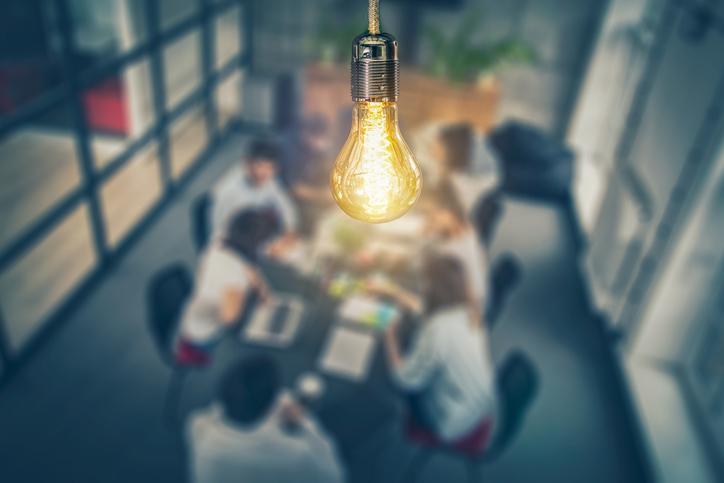 O trabalho em equipe nas empresas estimula a criatividade.