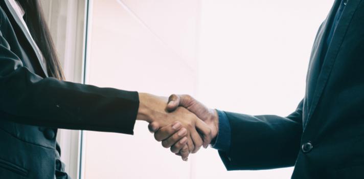 El currículum de un diplomático cuenta con conflictos internacionales y problemas administrativos