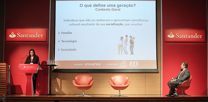 """O que define uma geração? Segundo a professora Elza Veloso, coordenadora executiva do Programa de Estudos em Gestão de Pessoas da Fundação Instituto de Administração (PROGEP-FIA), """"são indivíduos que não se conhecem, mas apresentam semelhanças culturais pela forma como foram socializados"""".<br/><br/><p><span style=color: #333333;><strong>Você pode ler também:</strong></span><br/><a href=https://noticias.universia.com.br/educacao/noticia/2016/09/20/1143830/universia-brasil-promove-seminario-sobre-universidade-empregabilidade.html title=Universia Brasil promove seminário sobre Universidade e Empregabilidade>» <strong> Universia Brasil promove seminário sobre Universidade e Empregabilidade</strong></a></p><p>A professora foi convidada para palestrar no <strong>segundo dia do Seminário Universidade e Empregabilidade</strong>, que foi promovido pela Universia Brasil e aconteceu na quarta-feira (21), em São Paulo. O tema tratado pela acadêmica foi justamente <strong>""""conflitos geracionais no mercado de trabalho""""</strong>.</p><p>Para Elza, o surgimento de uma geração é resultante de uma série de fatores. <strong>No caso da Geração Y, que está começando a trilhar uma carreira no mercado de trabalho</strong>, a professora cita a família como um de seus agentes criadores, já que ela se preparara toda para a chegada do bebê, dando voz a essa criança e transformando-a no centro das atenções.</p><p>Segundo Elza, a tecnologia também é fator determinante para o perfil do novo jovem. """"Existe uma diferença entre aprender a mexer no computador com 30 anos de idade e a criança já nascer com isso"""", opina. Contextos históricos, sociais e políticos também são, segundo a professora, influenciadores no processo de criação de uma geração.</p><p><strong>AS GERAÇÕES E O MERCADO DE TRABALHO</strong></p><p>Na hora que o jovem vai para o ambiente de trabalho, <strong>todos esses aspectos têm um impacto na sua forma de lidar com as tarefas e também com as relações</strong>. """"Grupos que começaram a"""