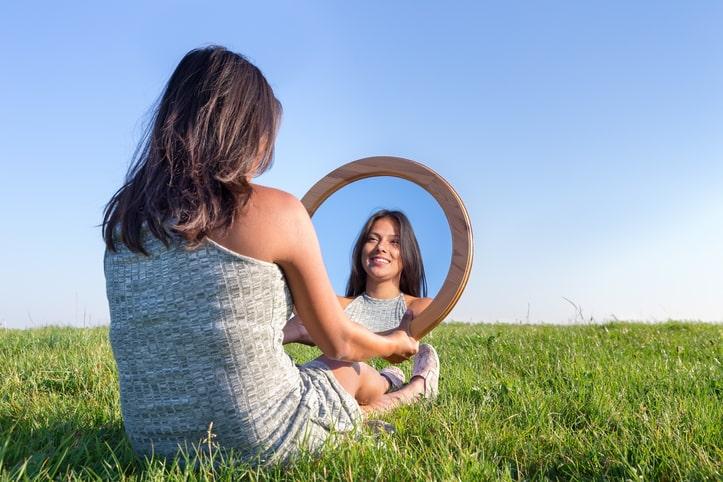 O autoconhecimento é fundamental no caminho para sua felicidade e bem-estar.