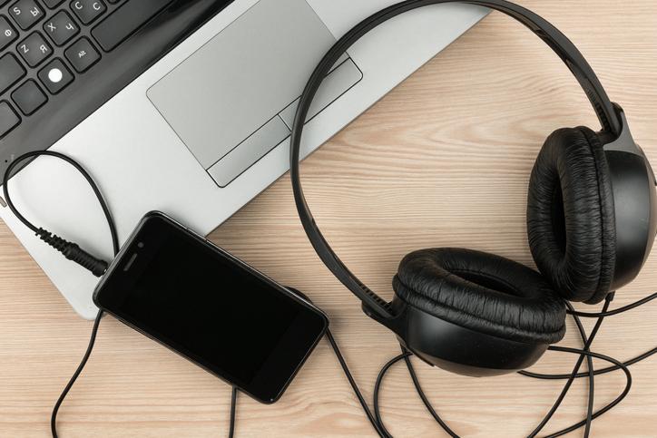Quem nunca colocou os fones de ouvidos para focar no trabalho?