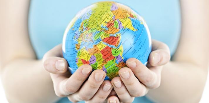 <p>Las <strong>Organizaciones No Gubernamentales (ONGs)</strong> son organizaciones sin ánimo de lucro que no dependen de ningún gobierno. Algunas están <strong>dedicadas a la ayuda humanitaria</strong> mientras otras persiguen fines religiosos, ecológicos, educativos o de otra índole; pero con el fin último de <strong>ser un agente de cambio positivo para lacomunidad</strong>. Si tienes entre tus metas <strong>trabajar para realizar cambios positivos en el mundo</strong>, las ONG pueden ser el empleo ideal para ti. <br/><br/><br/>Al existir tantas ONG´s, los campos de acción en los que puedes desempeñarte son muy variados; pero como ya mencionamos todas tienen el mismo fin que es<strong> ayudar a crear cambios positivos en las comunidades</strong>.<br/><br/><br/>Una ONG te brinda la posibilidad de desarrollarte en un entorno multicultural en donde pueden confluir profesionales de varias áreas que buscan hacer la diferencia por su comunidad o por el mundo, dependiendo del campo de acción de cada organización. <strong>Resulta el empleo ideal para las personas más comprometidas con causas sociales</strong>, <strong>aunque a nivel remunerativo es más difícil obtener una buena paga</strong> ya que en muchas de estas organizaciones el trabajo es en gran parte voluntario; o, en el caso de los que ofrecen empleos pagos, los salarios suelen ser un poco más bajos que en el sector privado. <br/><br/><br/>Si sumado al trabajo en una ONG lo haces trabajando en el exterior, las satisfacciones y el crecimiento profesional serán aún mayores. En otra oportunidad mencionamos los beneficios y <a href=https://noticias.universia.com.ec/estudiar-extranjero/noticia/2015/09/25/1131648/motivos-estudiar-extranjero.html target=_blank>motivos para estudiar en el extranjero</a>y lo cierto es que muchos de ellos también aplican para quien quiera trabajar en otro país. <br/><br/><br/>Ahora bien, si te has dispuesto como meta trabajar en una ONG, tienes que saber que <strong>estas organizaciones 