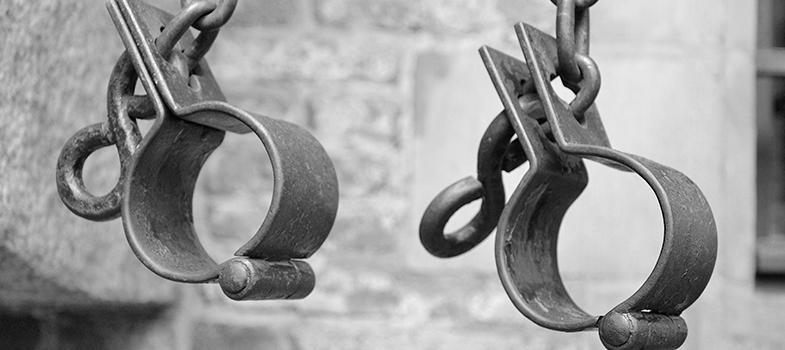 <p>No dia <strong>13 de maio</strong> é celebrada a <strong>abolição da escravatura no Brasil</strong>. Nesta data, no ano de 1888, foi assinada a Lei Áurea, documento que pôs fim à escravidão no Brasil. Antes dela também foram sancionadas leis que concediam liberdade aos escravos, mas de forma gradual. São elas a<strong> Lei Eusébio de Queirós (1850)</strong>, que proibia o tráfico de escravos pelo mar, a <strong>Lei do Ventre Livre (1871)</strong>, que libertava todas as crianças nascidas de pais em condições de escravidão, e a <strong>Lei dos Sexagenários (1885)</strong>, que alforriava os maiores de 60 anos.</p><p></p><p><span style=color: #333333;><strong>Você pode ler também:</strong></span><br/><a style=color: #ff0000; text-decoration: none; text-weight: bold; title=4 filmes sobre mulheres para assistir agora href=https://noticias.universia.com.br/educacao/noticia/2016/03/08/1137135/4-filmes-sobre-mulheres-assistir-agora.html>» <strong>4 filmes sobre mulheres para assistir agora</strong></a><br/><a style=color: #ff0000; text-decoration: none; text-weight: bold; title=8 filmes ganhadores do Oscar para assistir agora href=https://noticias.universia.com.br/cultura/noticia/2016/02/29/1136846/8-filmes-ganhadores-oscar-assistir-agora.html>» <strong>8 filmes ganhadores do Oscar para assistir agora</strong></a><br/><a style=color: #ff0000; text-decoration: none; text-weight: bold; title=Todas as notícias de Cultura href=https://noticias.universia.com.br/cultura>» <strong>Todas as notícias de Cultura</strong></a></p><p></p><p>O Brasil não foi a única nação que sofreu com as mazelas da escravidão. Os Estados Unidos, por exemplo, viveram uma situação análoga, em que os negros trabalhavam duramente nas plantações de algodão, localizadas na região sul do país. Castigos e torturas também eram aplicados aos escravos das propriedades norte-americanas.</p><p></p><p>Para <strong><a title=Baixe grátis: Conheça obras autobiográficas de pessoas que lutaram pela abolição da escrav