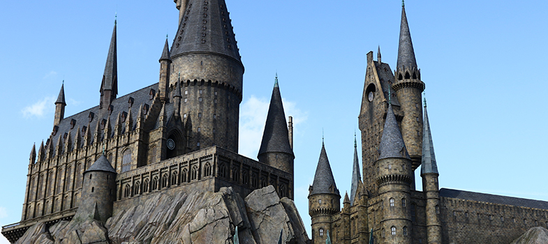"""Em<strong> 31 de julho</strong> comemora-se o <strong>aniversário do bruxinho mais famoso do mundo</strong>. Há mais de duas décadas, quando começava a rascunhar em guardanapos de bares as primeiras histórias do <strong>fantástico mundo de Harry Potter</strong>, a escritora britânica J.K. Rowling decidiu que o 31º dia do sétimo mês do ano de 1980 seria a data de nascimento do """"garoto que sobreviveu"""".<br/><br/><br/><blockquote style=text-align: center;>Cadastre-se <span style=text-decoration: underline;><a href=https://livros.universia.com.br/ class=enlaces_med_leads_formacion title=Cadastre-se aqui para baixar mais de 2 mil livros grátis target=_blank id=LIVROS>aqui</a></span> para baixar mais de <strong>2.000 livros grátis<br/><br/><br/></strong></blockquote><p><span style=color: #333333;><strong>Você pode ler também:</strong></span><br/><a href=https://noticias.universia.com.br/cultura/noticia/2015/07/15/1128368/conselhos-amamos-5-coisas-aprendemos-harry-potter.html title=Conselhos que Amamos: 5 coisas que aprendemos com Harry Potter>» <strong>Conselhos que Amamos: 5 coisas que aprendemos com Harry Potter</strong></a><br/><a href=https://noticias.universia.com.br/destaque/noticia/2016/06/16/1140895/4-livros-todo-estudante-estante.html title=4 livros para todo estudante ter na estante>» <strong>4 livros para todo estudante ter na estante</strong></a><br/><a href=https://noticias.universia.com.br/tag/livros-grátis title=Mais de 2.000 livros grátis para download>» <strong>Mais de 2.000 livros grátis para download<br/><br/><br/></strong></a></p><p>No primeiro livro da série, <em>Harry Potter e A Pedra Filosofal</em>, lançado em 1997, o garoto descobre que é um bruxo justamente no dia do seu aniversário de 11 anos. Na trama, o grandalhão e atrapalhado Hagrid, um dos funcionários da <strong>Escola de Magia e Bruxaria de Hogwarts</strong>, faz uma visita surpresa a Harry Potter, que vive com os tios e o primo """"trouxas"""", ou seja, que não pertencem ao universo dos bruxos. """
