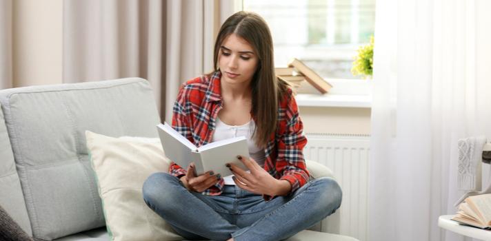 Las bibliotecas es un buen sitio donde curiosear libros y buscar temas de interés