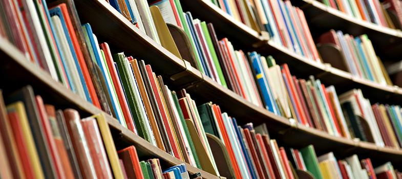 No período pré-vestibular, os estudantes são submetidos à leitura de uma série de livros cobrados nos vestibulares mais importantes do país. No entanto, há outras obras tão importantes quanto estas, essenciais para estarem presentes na estante de todos os estudantes. A seguir, <strong> conheça 4 <a href=https://noticias.universia.com.br/cultura/noticia/2015/06/30/1127497/100-livros-imperdiveis-ler-longo-vida.html title=100 livros IMPERDÍVEIS para ler ao longo da vida>livros imperdíveis</a>para você ler este ano: </strong><blockquote style=text-align: center;>Cadastre-se <span style=text-decoration: underline;><a href=https://noticias.universia.com.br/tag/livros-grátis class=enlaces_med_leads_formacion title=Cadastre-se aqui para baixar mais de 2 mil livros grátis id=LIVROS>aqui</a></span> para baixar mais de <strong>2.000 livros grátis<br/><br/></strong></blockquote><p><span style=color: #333333;><strong>Você pode ler também:</strong></span><br/><a href=https://noticias.universia.com.br/educacao/noticia/2016/06/10/1140717/5-livros-caem-vestibular-pode-deixar-ler.html title=5 livros que não caem no vestibular, mas você não pode deixar de ler>» <strong>5 livros que não caem no vestibular, mas você não pode deixar de ler</strong></a><br/><a href=https://noticias.universia.com.br/cultura/noticia/2016/05/16/1139535/5-tipos-livros-aumentam-desempenho-escolar.html title=5 tipos de livros que aumentam seu desempenho escolar>» <strong>5 tipos de livros que aumentam seu desempenho escolar</strong></a><br/><a href=https://noticias.universia.com.br/tag/livros-grátis title=Mais de 2.000 livros grátis para download>» <strong>Mais de 2.000 livros grátis para download</strong></a><br/><br/></p><p><strong> 1 – Admirável Mundo Novo </strong><br/> A utopia de Aldous Huxley, publicada em 1932, fala sobre uma sociedade organizada por castas, organizada com base em princípios científicos. A obra faz diversas críticas ao racionalismo da sociedade da época, capitalista e industrial. A leit
