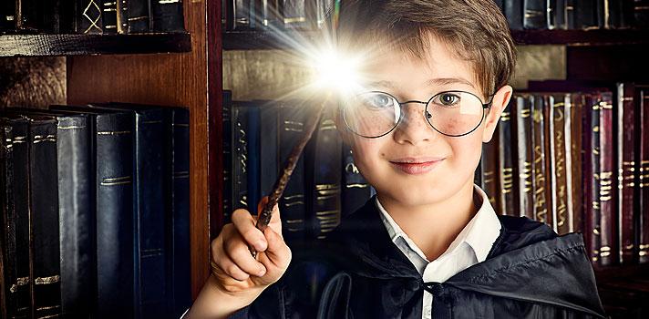 <p>Você é daquelas pessoas que sempre sonharam em estudar pelo menos um semestre na <strong>Escola de Magia e Bruxaria de Hogwarts</strong>? Infelizmente, conseguir uma bolsa para jogar quadribol, o esporte dos bruxos, e ter aulas com o professor Dumbledore será um pouco difícil. Mas uma escola na Califórnia resolveu se inspirar nos livros da escritora britânica J.K. Rowling e criou seu próprio curso de magia. Isso mesmo...magia!</p><p></p><p><span style=color: #333333;><strong>Você pode ler também:</strong></span><br/><br/><a style=color: #ff0000; text-decoration: none; text-weight: bold; title=USP e FGV aparecem em ranking internacional de melhores universidades href=https://noticias.universia.com.br/destaque/noticia/2015/11/19/1133885/usp-fgv-aparecem-ranking-internacional-melhores-universidades.html>» <strong>USP e FGV aparecem em ranking internacional de melhores universidades</strong></a><br/><a style=color: #ff0000; text-decoration: none; text-weight: bold; title=Google Expeditions oferece excursões virtuais para escolas href=https://noticias.universia.com.br/destaque/noticia/2015/12/07/1134463/google-expeditions-oferece-excurses-virtuais-escolas.html>» <strong>Google Expeditions oferece excursões virtuais para escolas</strong></a><br/><a style=color: #ff0000; text-decoration: none; text-weight: bold; title=Todas as notícias de Cultura href=https://noticias.universia.com.br/cultura>» <strong>Todas as notícias de Cultura</strong></a></p><p></p><p>A empresa <strong><a title=Rayburn Tours href=https://www.rayburntours.com/ target=_blank>Rayburn Tours</a></strong>, especializada em viagens de educação customizada pelo mundo, preparou uma lista com algumas das <strong>escolas mais bizarras do planeta</strong>, que vão desde oficinas para elfos ajudantes do papai noel até jardins de infância escondidos no meio da floresta. Veja algumas delas a seguir:</p><p></p><p><strong>1 – <a title=The Elf School href=https://www.theelfschool.com/ target=_blank>Escola de Elfos d
