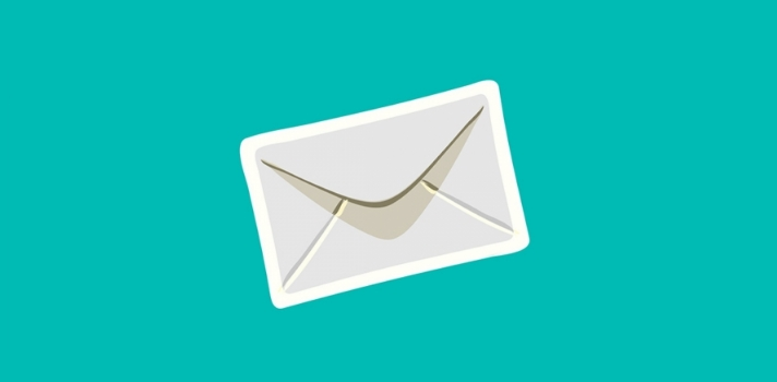 """<p>En los últimos días las redes sociales se han revolucionado con la llegada de <strong>una nueva aplicación </strong>que promete tantos beneficios como polémicas. Su nombre es <strong>Sarahah </strong>y permite <strong>enviar mensajes de forma anónima</strong> que no pueden ser respondidos por los usuarios.<br/><br/></p><p>Sarahah consiste en un programa que requiere de un registro para ser usado. Una vez que se tiene el usuario, se pueden <strong>enviar mensajes anónimos</strong> a otros usuarios que no pueden responder ni generar una conversación.<br/><br/></p><p>Esta aplicación <strong>fue creada en Arabia Saudita</strong> el año pasado, pensada como una plataforma para que los empleados de una empresa pudieran comunicar mensajes a sus jefes, sin temer represalias. <strong>La palabra """"Sarahah"""" en árabe significa """"Honestidad""""</strong> y es lo que este programa busca: dejar los miedos a un lado y poder ser franco con el otro.<br/><br/></p><p>La app <strong>genera un link personal</strong> y único que puede <strong>compartirse a través de las redes sociales</strong>, como Facebook y Twitter. Cualquier persona registrada que tenga tu link personal puede <strong>enviarte un mensaje</strong>, ya sea para hacerte un comentario, declaración o crítica personal, que no se anima a decirte de personalmente.<br/><br/></p><p>El programa dispone de tres columnas donde puedes encontrar, en la primera, los <strong>mensajes que has recibido</strong>, en la segunda, aquellos que has <strong>marcado como favoritos</strong> y en la última, los <strong>mensajes que tú enviaste</strong>.<br/><br/></p><p>Los mensajes que te envíen a través de Sarahah nadie puede verlos, a menos que tú quieras compartirlos en las redes sociales. Descarga la app en <a href=https://itunes.apple.com/us/app/sarahah/id1239779861?mt=8 title=Web Apple Store target=_blank rel=me nofollow> Apple Store</a> y <a href=https://play.google.com/store/apps/developer?id=Sarahah title=Web Play Store target=_blank rel=me"""