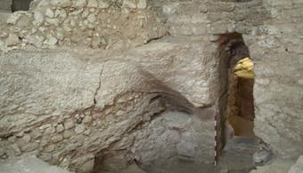 """<p style=text-align: justify;>Esta casa fue construida sobre la ladera de una colina en Nazaret, la ciudad natal de Jesús, a base de mortero y piedra. Estos recintos fueron encontrados en 1880 por las monjas del convento Hermanas de Nazaret, pero no fue hasta el 2006 que <strong>el arqueólogo Ken Dark vinculó la vivienda al Siglo I y a aquel lugar donde podría haber sido criado el mesías de la religión cristiana.</strong> </p><p style=text-align: justify;></p><p style=text-align: justify;>Ollas, vasos de piedra caliza y otros elementos domésticos en buen estado de conservación se encontraron en esta cueva, lo que demuestra que allí podría haber vivido una familia. También se identificaron distintas habitaciones con puertas, e incluso una escalera y parte del piso original.</p><p style=text-align: justify;></p><p style=text-align: justify;>Los arqueólogos creen que esta casa fue usada como cementerio, cisterna de agua y que se construyó una iglesia encima de ella en épocas del Imperio Bizantino, convirtiendo el lugar en un sitio de veneración.</p><p style=text-align: justify;></p><p style=text-align: justify;>Tanto la ubicación de la casa como sus características coinciden con un texto medieval, <strong>""""De Locus Sanctis""""</strong>, escrito por el abad escocés Adomnán en el año 670 d.C, que habla de una iglesia construida donde una vez estuvo la casa del Señor.</p><p style=text-align: justify;></p><p style=text-align: justify;></p><h4 style=text-align: justify;>¿Es realmente la casa de Jesús?</h4><p></p><p style=text-align: justify;>El profesor de arqueología de la <strong><a title=Universidad de Reading href=https://www.reading.ac.uk/ target=_blank>Universidad de Reading</a></strong>Ken Darksostiene, en su artículo publicado en la revista<strong><a title=Biblical Archaeological Review href=https://www.biblicalarchaeology.org/magazine/ target=_blank>Biblical Archaeological Review</a>,</strong>que <strong>no se puede afirmar con seguridad que aquella cueva encontrada e"""