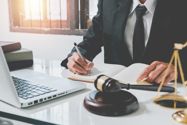 Todos os estudantes de Direito precisam cumprir um período de horas de estágio em fóruns nos quais eles precisam assistir audiências.